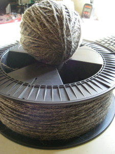 Die gesponnene Rohwolle lässt sich mit Hilfe der Filamentrollen vom 3D-Drucker gut aufwickeln ;)