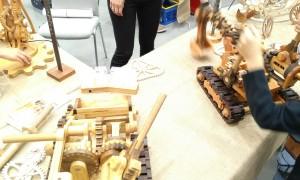 Ein Bagger mit Mechaniken aus Holz