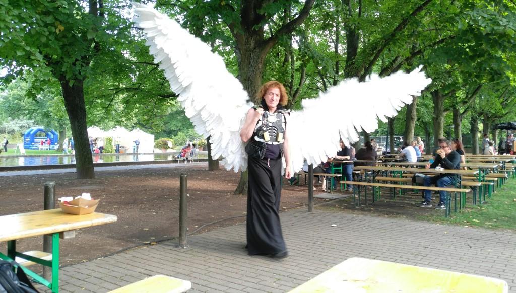 Cosplayer Rudolf Arnold. Die Flügel des Kostüms können auch eingeklappt werden.