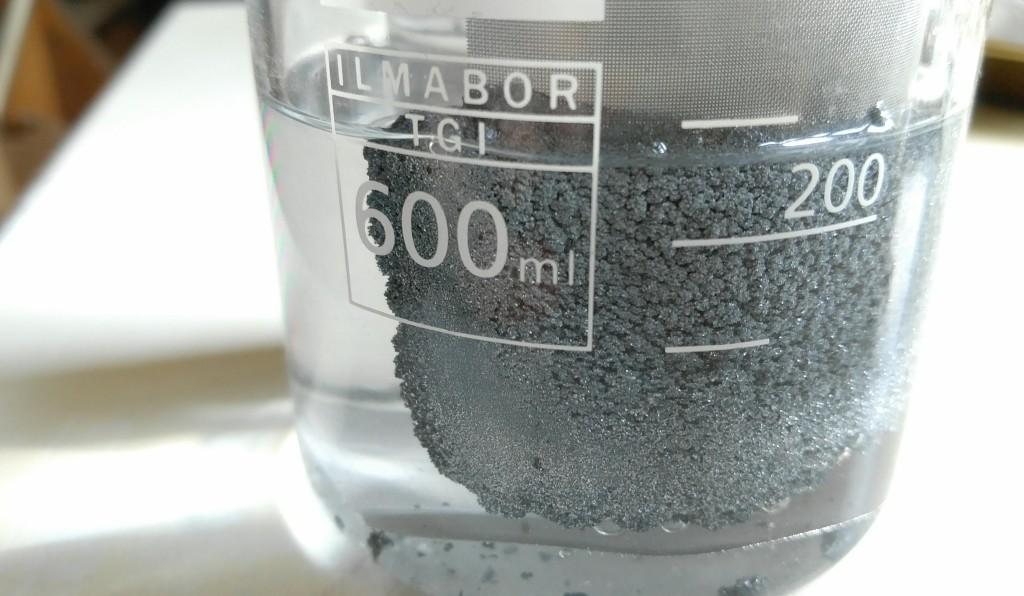 Alles Zinkoxid wurde umgewandelt zu Zink, welches sich an der Kathode als dicker Zinkschwamm angelagert hat.