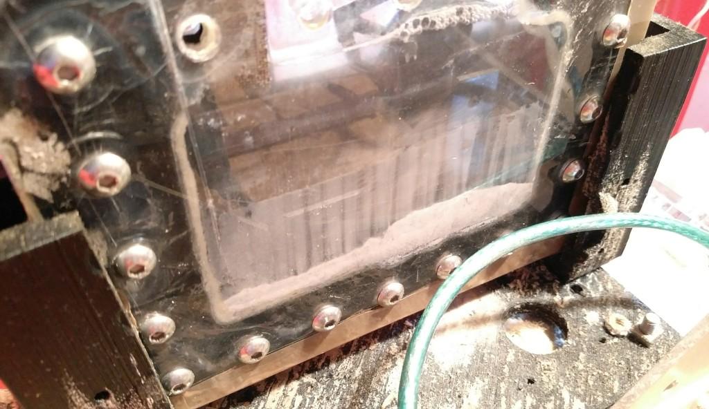 Dabei entsteht Zinkoxid, welches in wässriger Lösung (hier KOH-Elektrolyt) löslich ist und sobald diese gesättigt ist als weissliches Pulver ausgefällt wird.