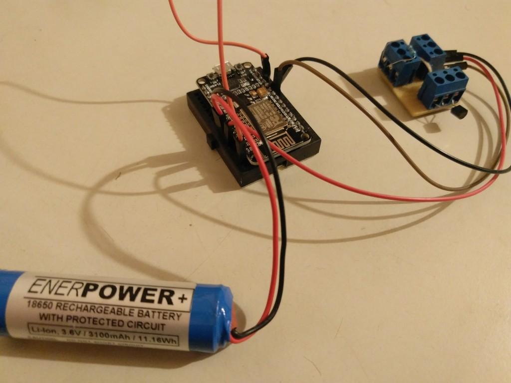 NodeMCU als Standalone-Anwendung mit DS18B20-Temperatursensor und Stromversorgung durch einen Li-Akku.