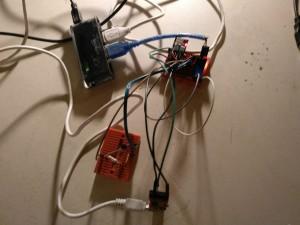 Das gesamte Setup: Programmiert wird über den FTDI-Adapter, dessen vcc-Leitung aber nicht angeschlossen ist. Stattdessen erfolgt die Stromversorgung des ESP separat über einen AMS1117-SPannunsgwandler, der per USB-Kabel mit 5V gespiesen wird und diese nach 3.3V umwandelt.