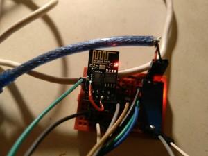 ESP-01 auf dem Breadboard, RST ist mit GPIO16 des Chips verbunden