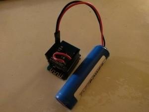 Anstatt der beiden AA NiMH Einweg-Batterien hier ein  18650 Li-Akku