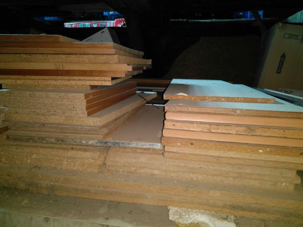 Auch alte Spanplattenmöbel zerlege ich und sammle die Platten, besonders wenns sich um größere Platten von Schränken handelt. Oder bei sehr alten Möbeln auch kürzere, wenn die noch aus Sperrholz sind. Sowas gibts heutzutage nicht mehr im Möbelbau aber ist, wenn mans neu kauft entsprechend teuer.