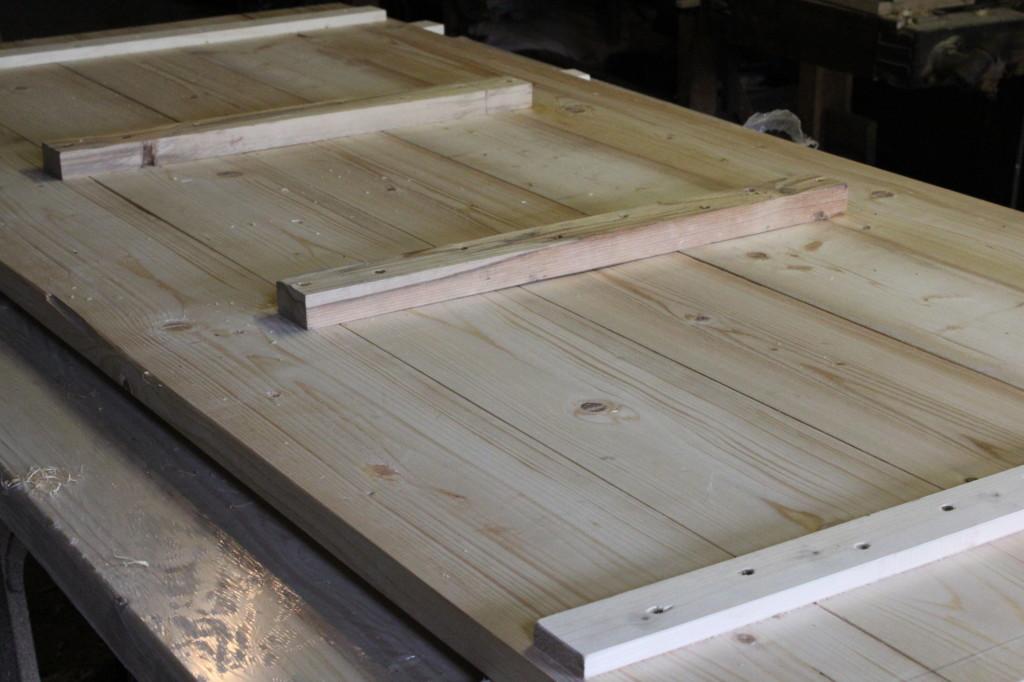 Tischplatte, mit einzeln verschraubten Planken.